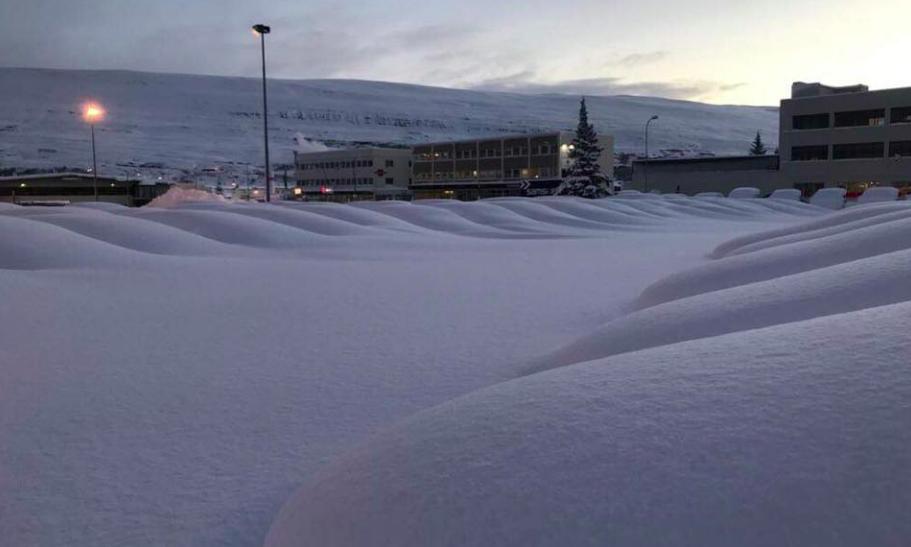 """Höldur birtir svakalegar myndir af snjónum á Akureyri: """"Verður nóg að gera hjá okkur í snjómokstri"""""""