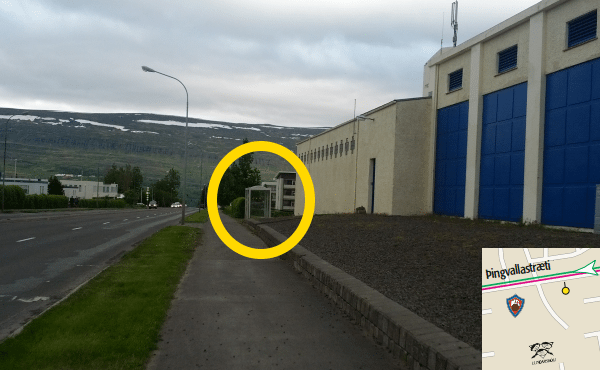 Strætóskýli brotin á Akureyri