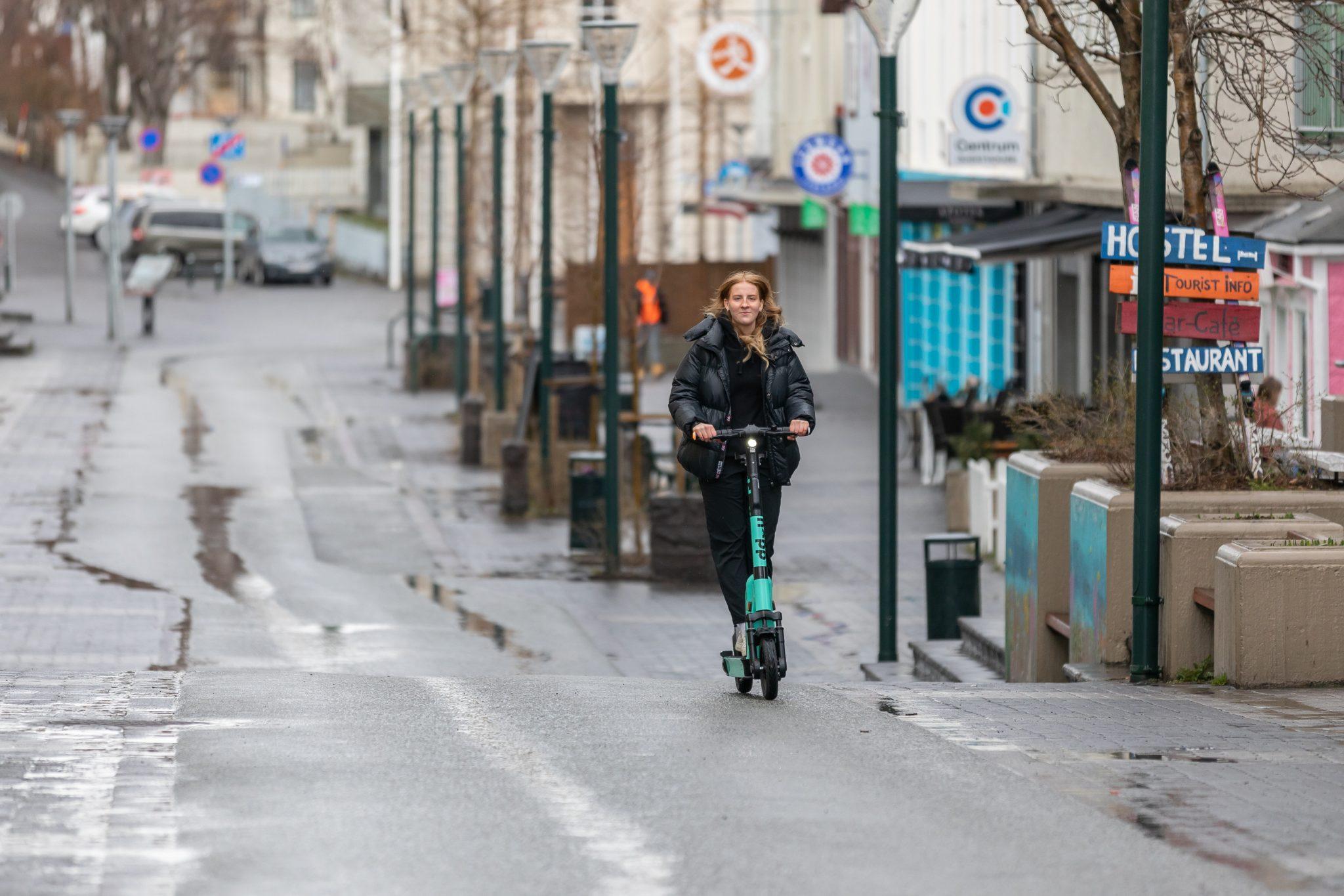 10 ára barn á rafskútu varð næstum fyrir bíl á Akureyri
